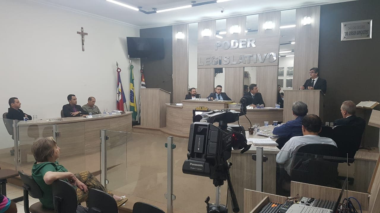 Após oito horas de sessão, prefeita Regina Mustafa é absolvida em denúncia de reforma da Praça