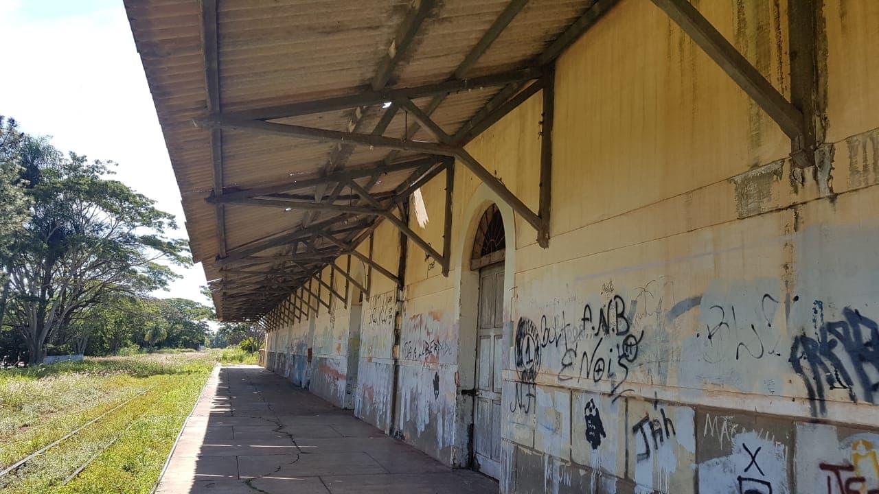 Abandono da estação ferroviária preocupa moradores; Prefeitura promete reforma