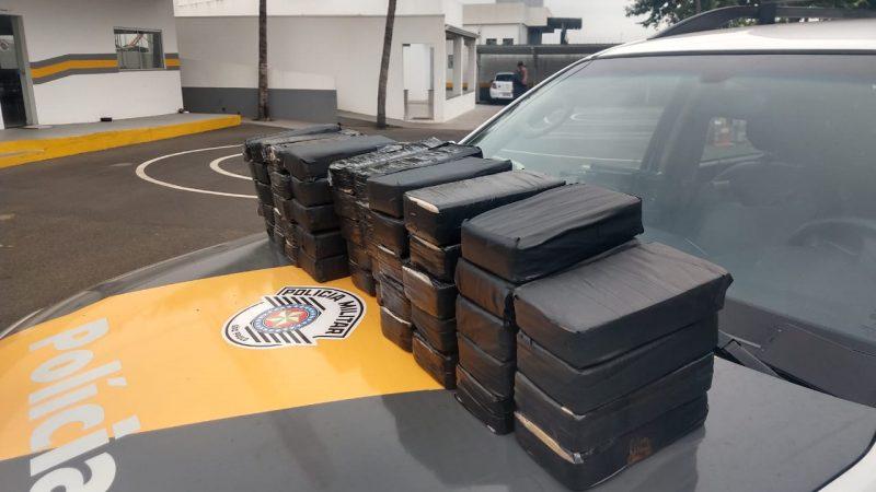 Casal é flagrado com 54 quilos de cocaína em fundo falso de carro