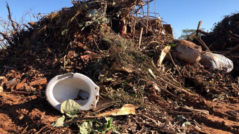 Moradores reclamam de lixo e entulho despejados em frente ao cemitério do Amandaba