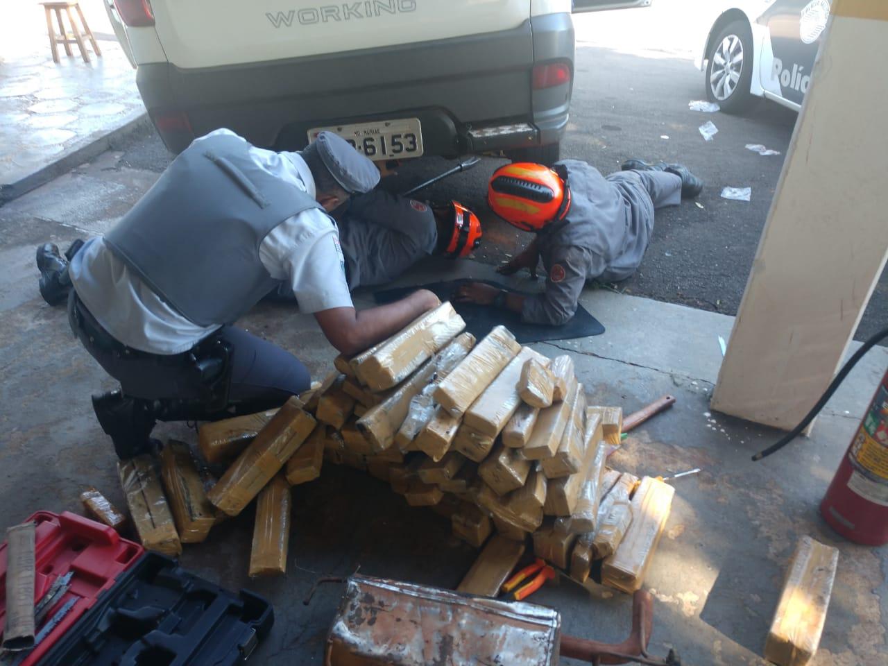 Homem é preso após polícia achar tabletes de maconha escondidos em fundo falso de carro
