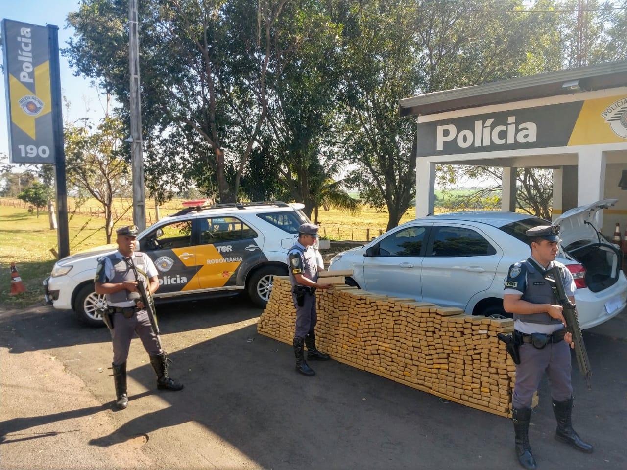 Carro é apreendido com centenas de tijolos de maconha em Castilho