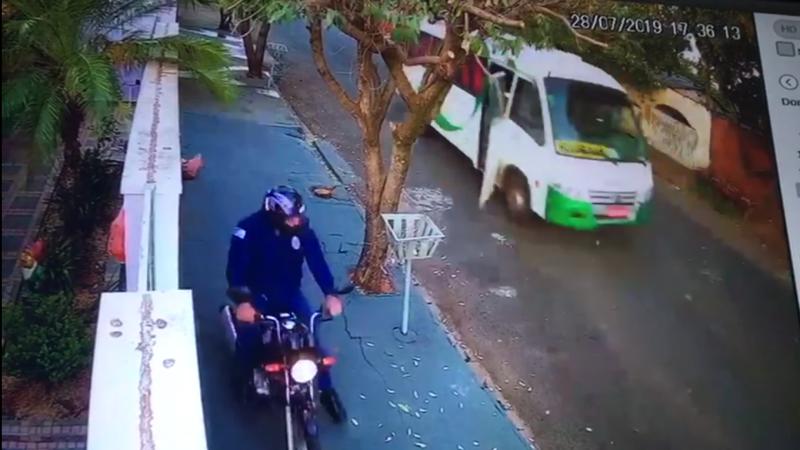 Micro-ônibus desgovernado desce de ré e atinge veículo em Mirandópolis; veja imagens