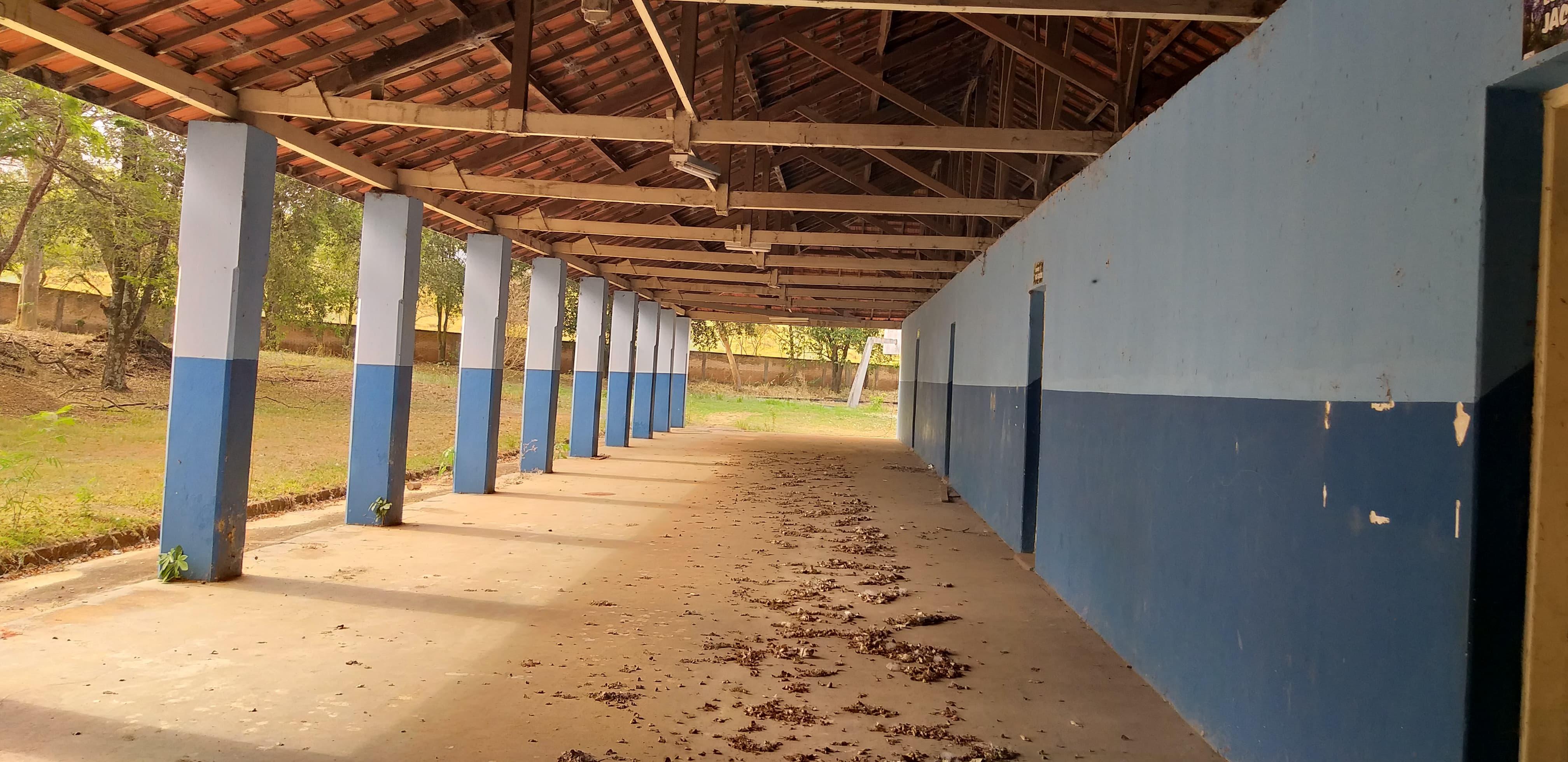 Sem manutenção, antiga escola Itelvina Ferreira sofre com falta de zeladoria