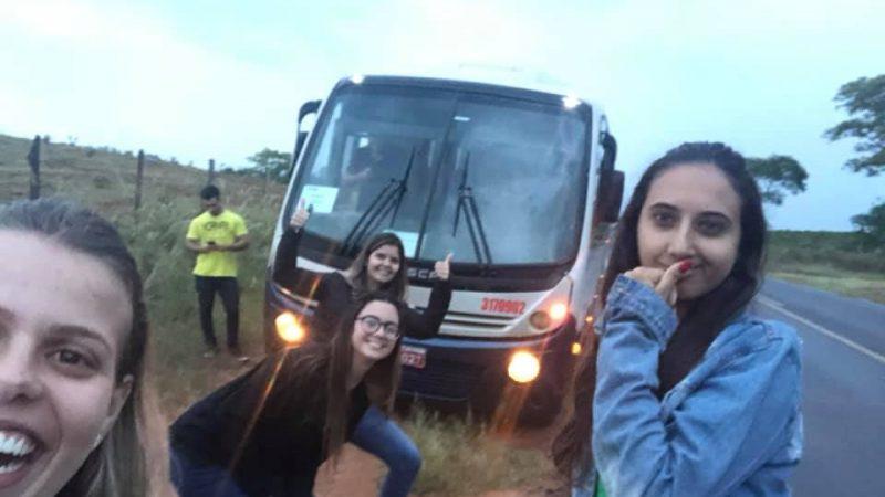 Universitários perdem provas após problema mecânico em micro-ônibus