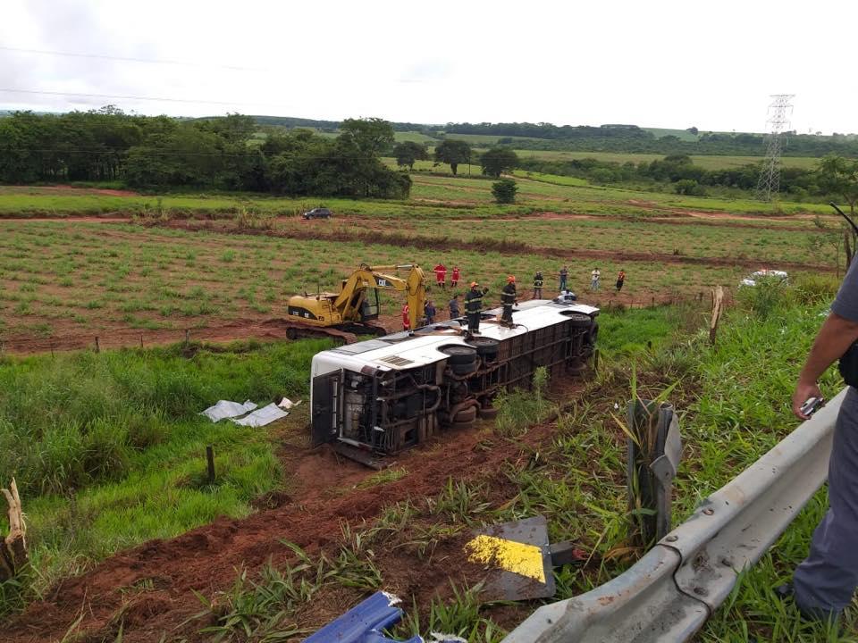 Duas pessoas morrem e 15 ficam feridas em acidente envolvendo ônibus no trevo de Mirandópolis