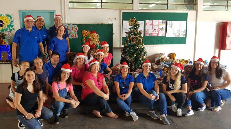 Papai Noel do Rotary distribui presentes para crianças dos bairros Alianças