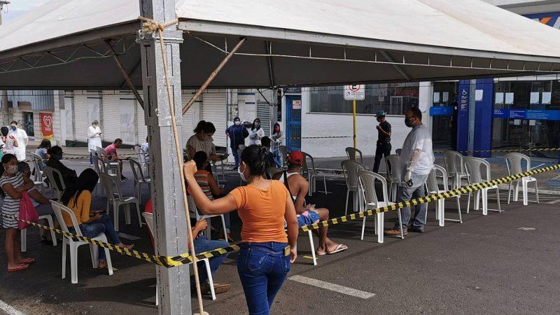 Prefeitura instala tenda em frente à Caixa para quem busca auxílio emergencial