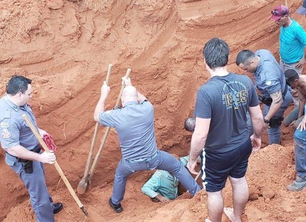 Homem é soterrado e resgatado com vida em incidente em loteamento