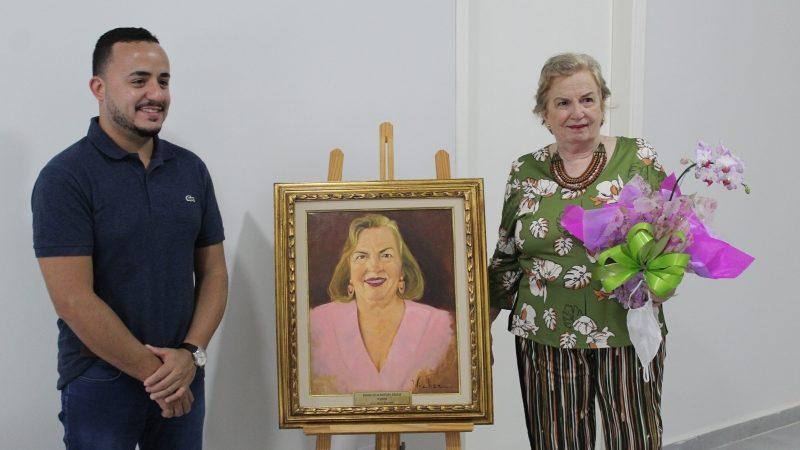 Ex-Prefeita Regina Mustafa é homenageada ao expor seu retrato na galeria do Paço Municipal